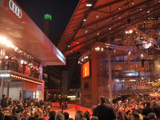 th P206343411 ベルリン映画祭でレッドカーペットを見る方法