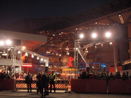 th P20634381 ベルリン映画祭でレッドカーペットの上を歩く方法とは?
