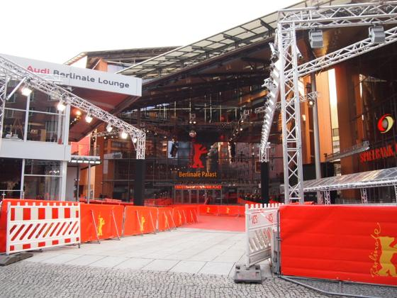 th P21641361 ベルリン映画祭でレッドカーペットの上を歩く方法とは?