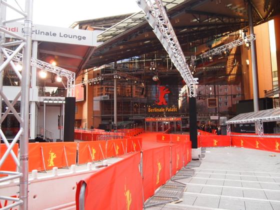 th P21641371 ベルリン映画祭でレッドカーペットの上を歩く方法とは?