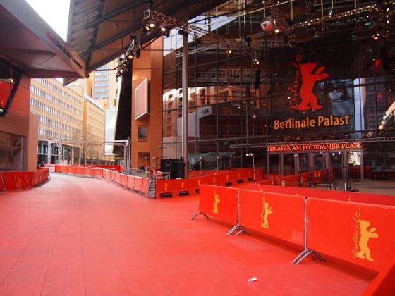 th P21641421 ベルリン映画祭でレッドカーペットの上を歩く方法とは?