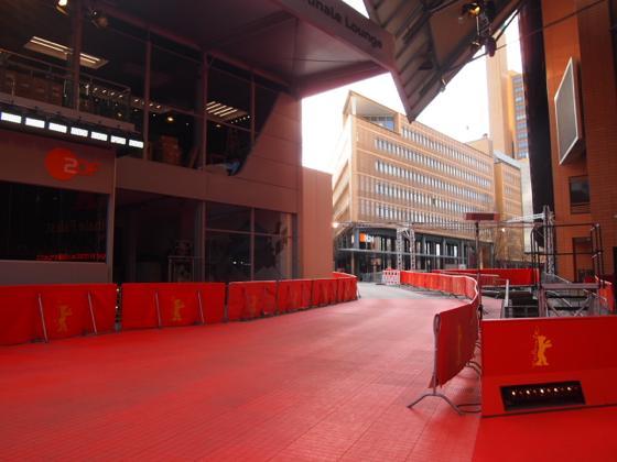 th P21641471 ベルリン映画祭でレッドカーペットの上を歩く方法とは?