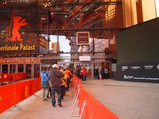 th P21641491 ベルリン映画祭でレッドカーペットの上を歩く方法とは?