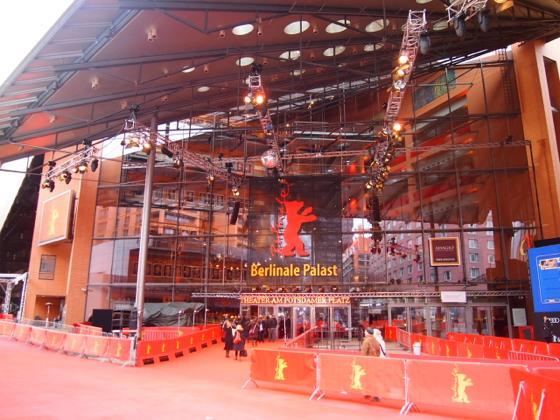 th P21641611 ベルリン映画祭でレッドカーペットの上を歩く方法とは?