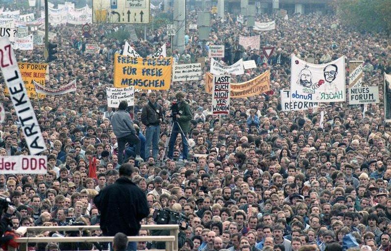 BerlinDemonstration ベルリンの壁を崩壊させたのはある男の勘違いだった
