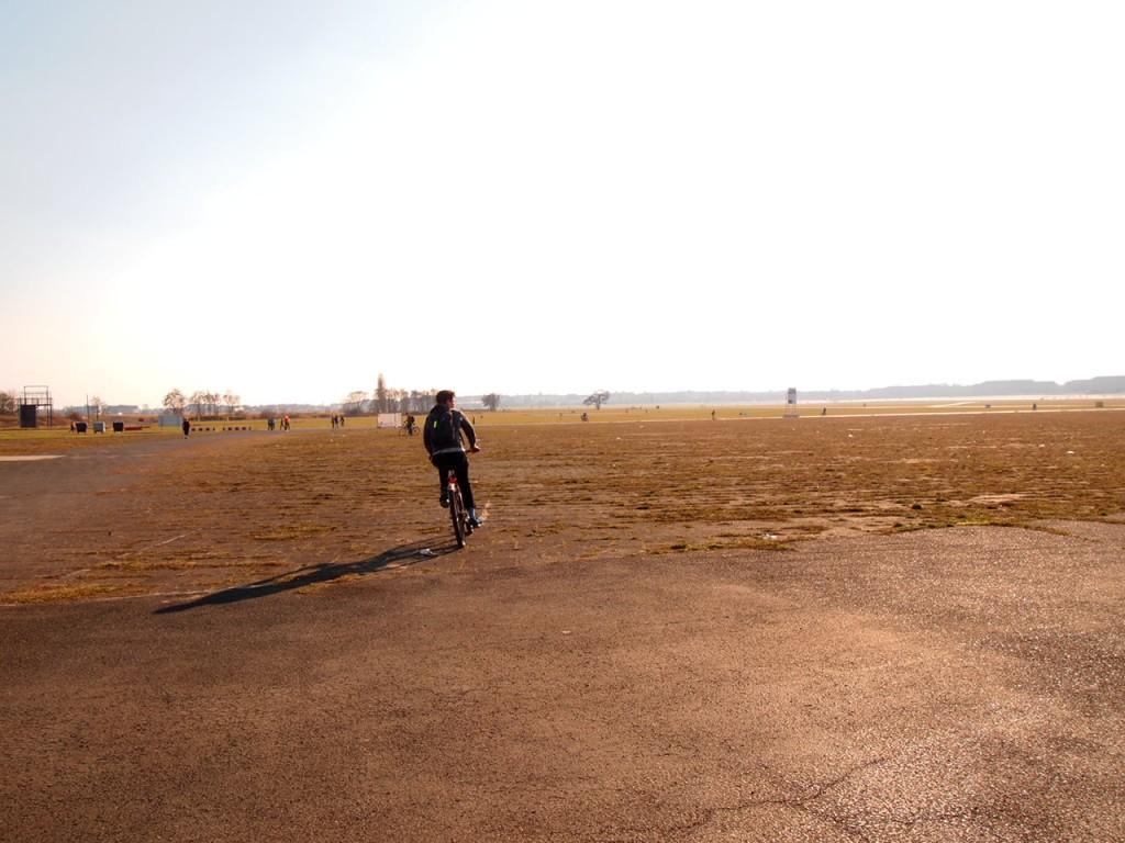 P3139016 1024x768 公園になったベルリンのテンペルホーフ空港がとにかく広すぎる!