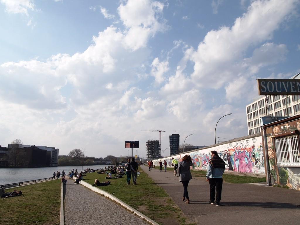 P3219831 1024x768 ベルリンの壁イーストサイドギャラリーにキスを見に行く