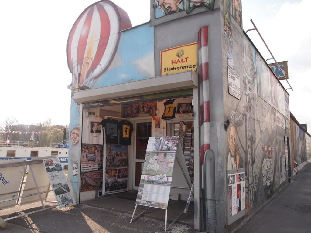 P3219836 1024x768 ベルリンの壁イーストサイドギャラリーにキスを見に行く