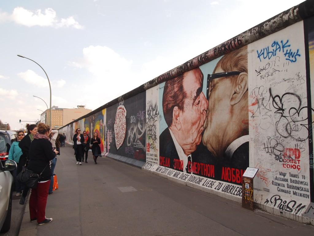 P3219841 1024x768 ベルリンの壁イーストサイドギャラリーにキスを見に行く