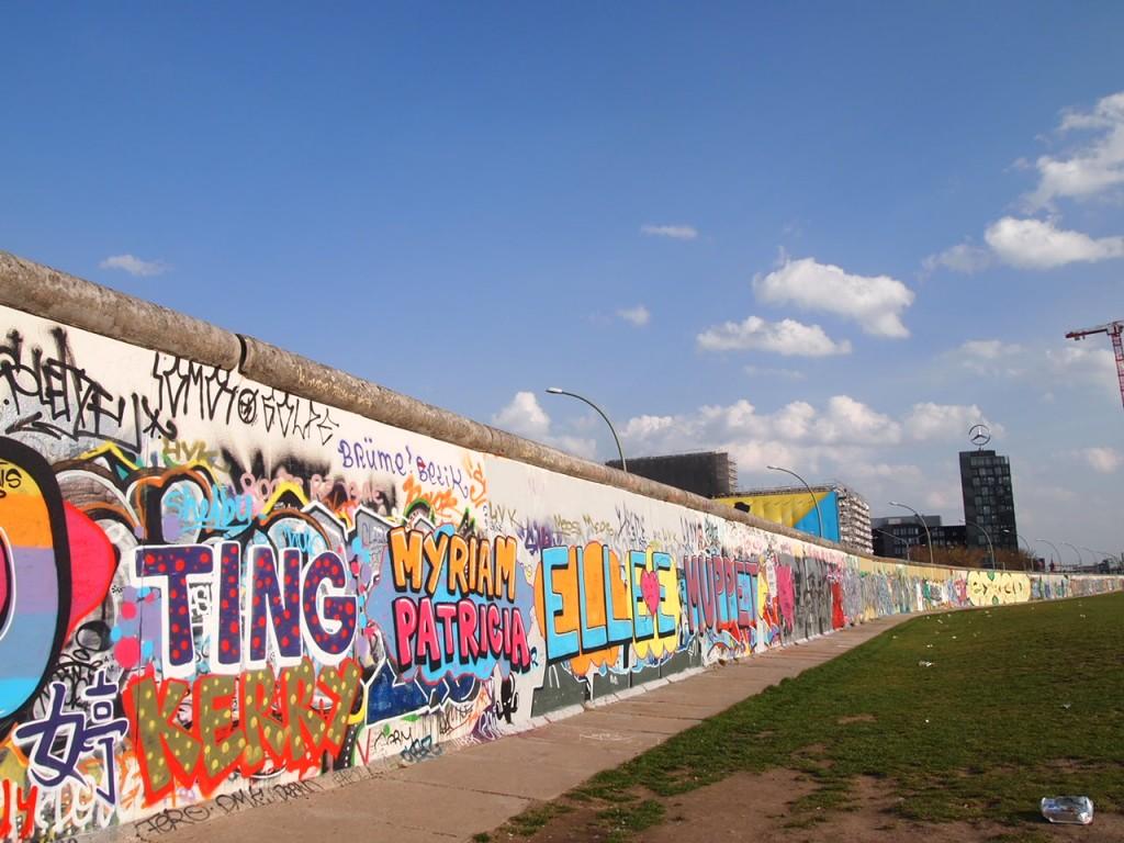 P32198661 1024x768 ベルリンの壁イーストサイドギャラリーにキスを見に行く