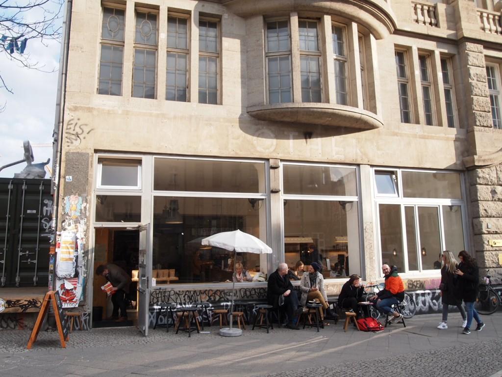 P3260030 1024x768 大事なものが欠けている?ウッドベースのベルリンのカフェがオシャレ