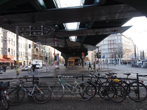 th P2225286 これは旨い!ベルリンで最も人気のカリーブルスト店とは?