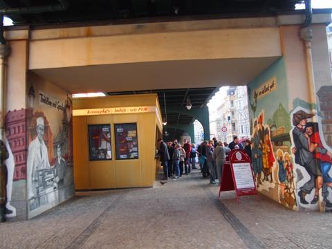 th P2225292 これは旨い!ベルリンで最も人気のカリーブルスト店とは?