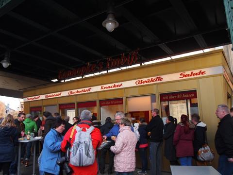 th P2225295 これは旨い!ベルリンで最も人気のカリーブルスト店とは?