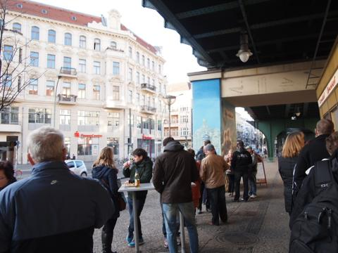 th P2225299 これは旨い!ベルリンで最も人気のカリーブルスト店とは?