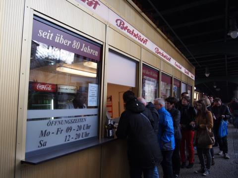 th P2225312 これは旨い!ベルリンで最も人気のカリーブルスト店とは?