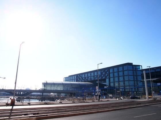 th P2235423 駅が美術館?広大すぎるベルリンのハンブルク駅現代美術館