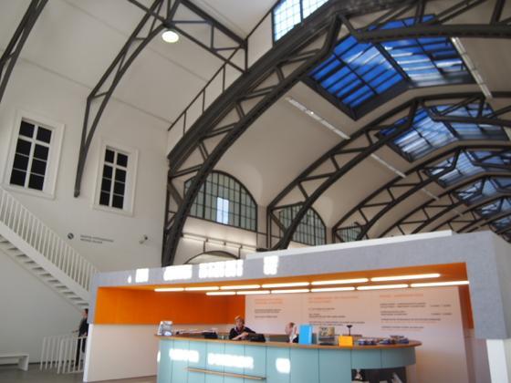th P2235437 駅が美術館?広大すぎるベルリンのハンブルク駅現代美術館