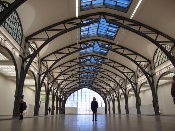 th P2235443 駅が美術館?広大すぎるベルリンのハンブルク駅現代美術館