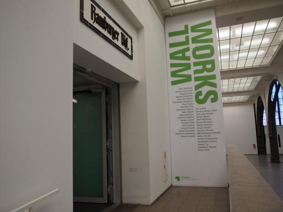 th P2235446 駅が美術館?広大すぎるベルリンのハンブルク駅現代美術館
