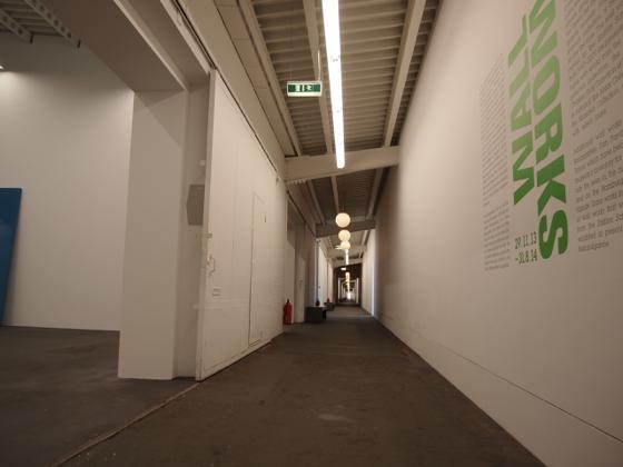 th P2235449 駅が美術館?広大すぎるベルリンのハンブルク駅現代美術館