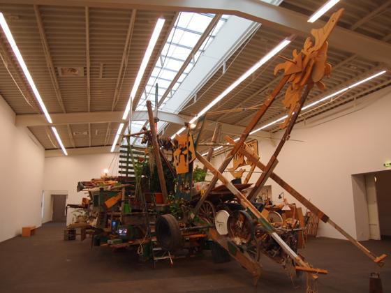 th P2235477 駅が美術館?広大すぎるベルリンのハンブルク駅現代美術館