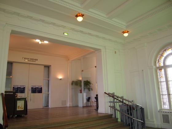 th P2235519 駅が美術館?広大すぎるベルリンのハンブルク駅現代美術館
