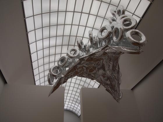 th P2235525 駅が美術館?広大すぎるベルリンのハンブルク駅現代美術館