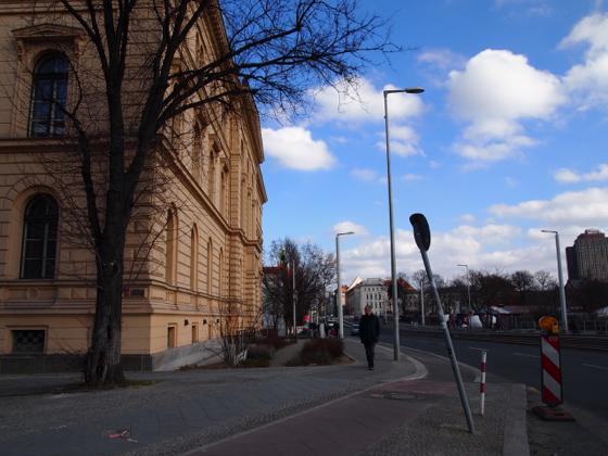 th P2235542 駅が美術館?広大すぎるベルリンのハンブルク駅現代美術館