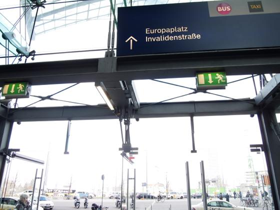 th P2235585 駅が美術館?広大すぎるベルリンのハンブルク駅現代美術館