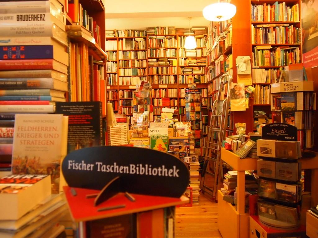 P3037560 1024x768 これは狭すぎ!? 全てを本に囲まれたベルリンの本屋とは?