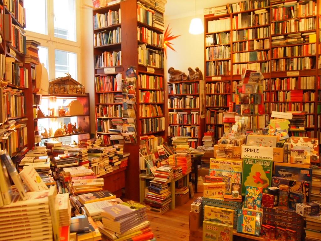 P3037561 1024x768 これは狭すぎ!? 全てを本に囲まれたベルリンの本屋とは?