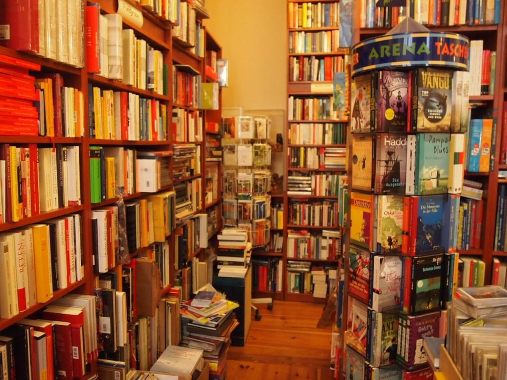 P3037563 1024x768 これは狭すぎ!? 全てを本に囲まれたベルリンの本屋とは?