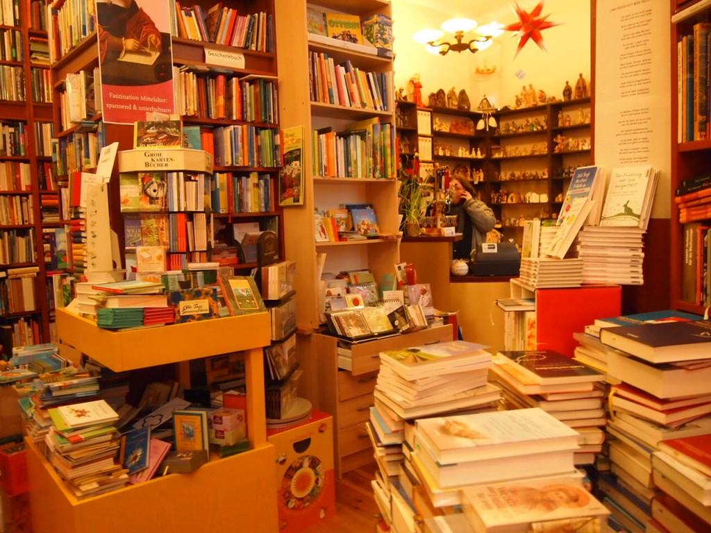 P3037566 1024x768 これは狭すぎ!? 全てを本に囲まれたベルリンの本屋とは?
