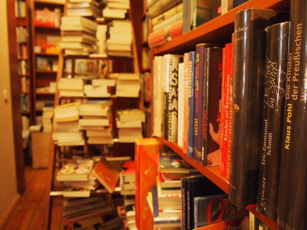 P3037571 1024x768 これは狭すぎ!? 全てを本に囲まれたベルリンの本屋とは?