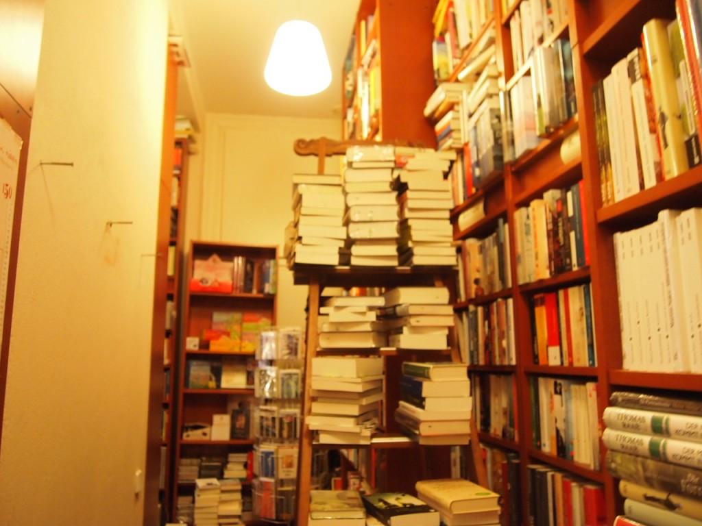 P3037573 1024x768 これは狭すぎ!? 全てを本に囲まれたベルリンの本屋とは?