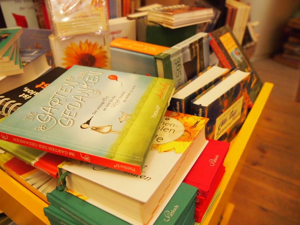 P3037575 1024x768 これは狭すぎ!? 全てを本に囲まれたベルリンの本屋とは?