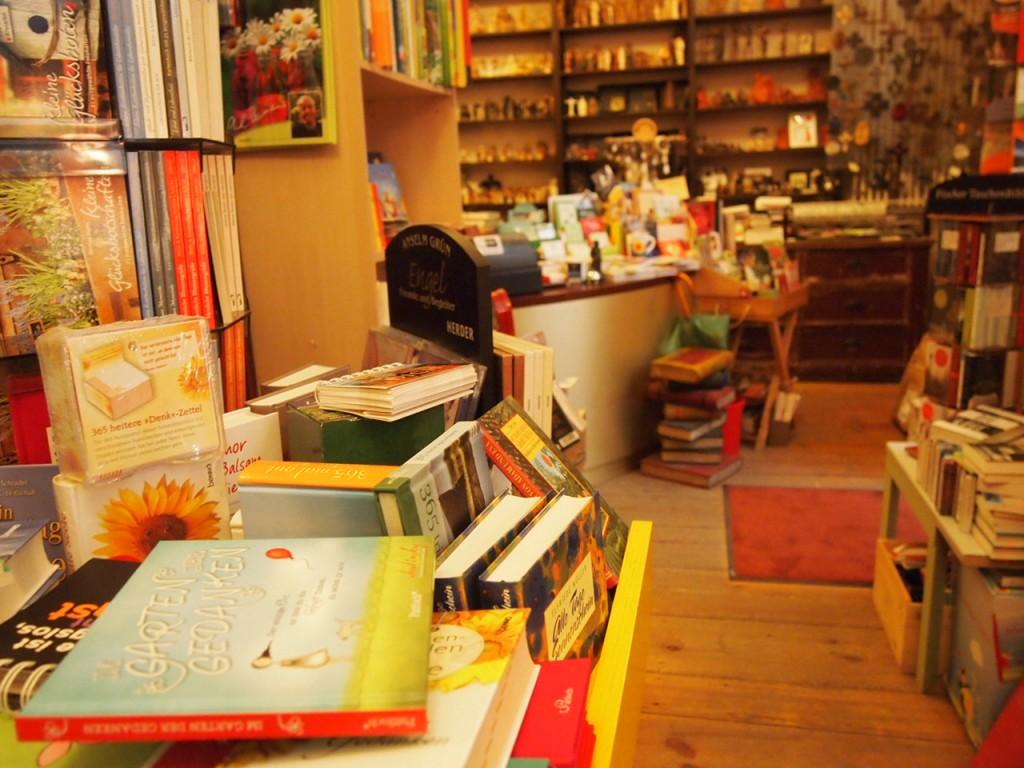 P3037576 1024x768 これは狭すぎ!? 全てを本に囲まれたベルリンの本屋とは?