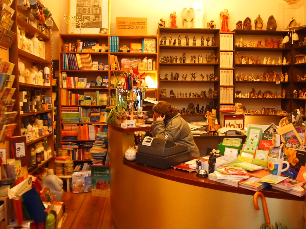P3037581 1024x768 これは狭すぎ!? 全てを本に囲まれたベルリンの本屋とは?
