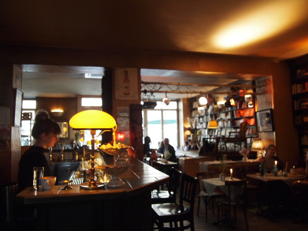 P3149192 1024x768 文学少女が好きそう!本に囲まれたベルリンのカフェでドイツ式の朝食