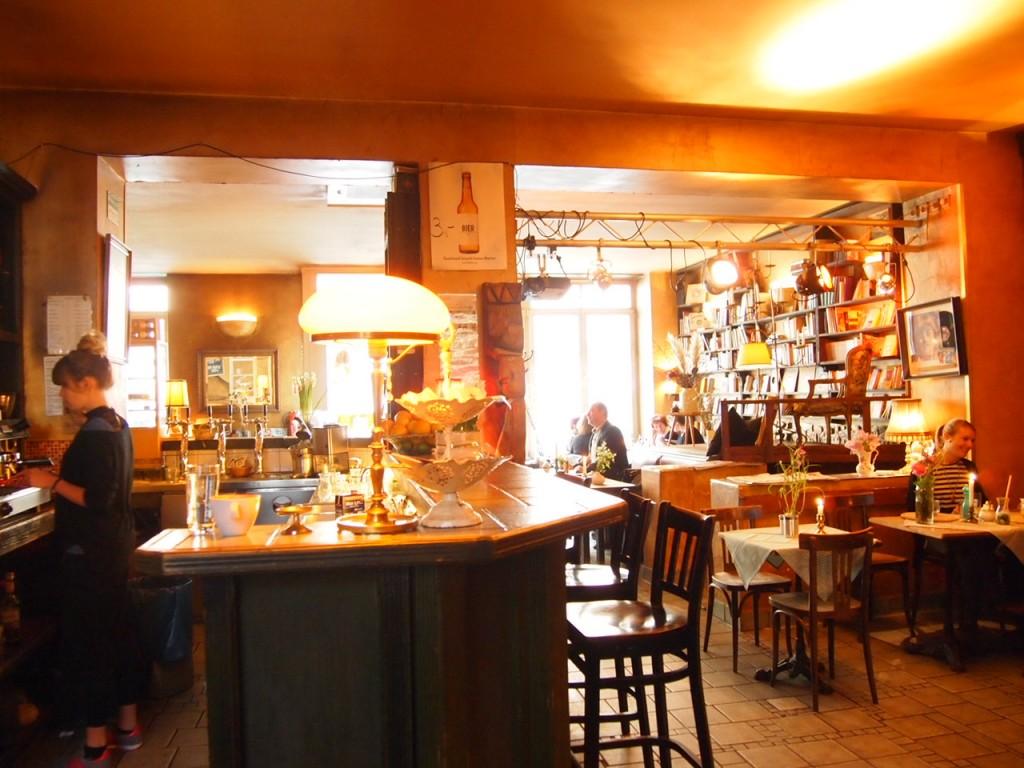 P3149193 1024x768 文学少女が好きそう!本に囲まれたベルリンのカフェでドイツ式の朝食