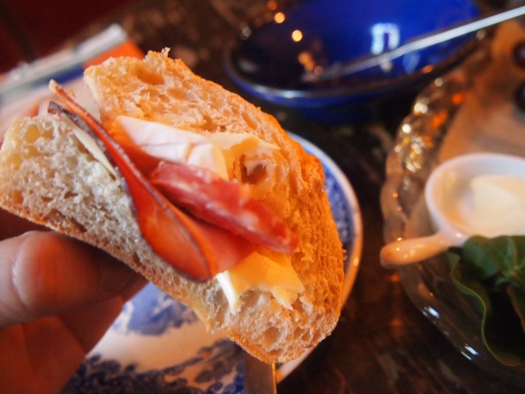 P3149202 1024x768 文学少女が好きそう!本に囲まれたベルリンのカフェでドイツ式の朝食