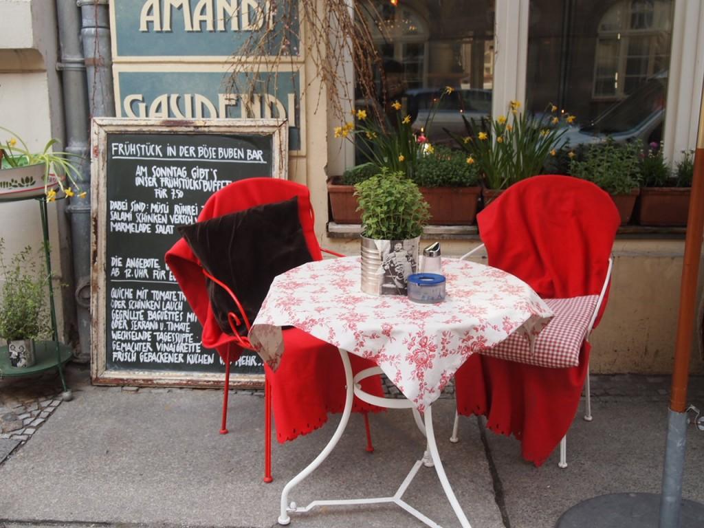 P3290386 1024x768 文学少女が好きそう!本に囲まれたベルリンのカフェでドイツ式の朝食