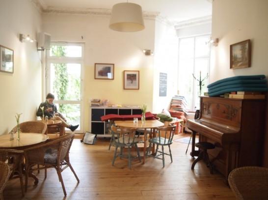 P6245731 546x409 警察に封鎖されていたベルリンのオシャレなカフェ、その理由とは?