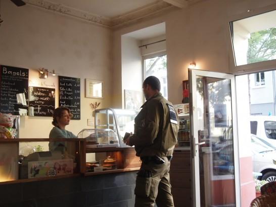 P6245748 546x409 警察に封鎖されていたベルリンのオシャレなカフェ、その理由とは?