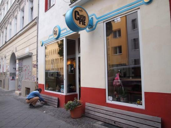P6245756 546x409 警察に封鎖されていたベルリンのオシャレなカフェ、その理由とは?