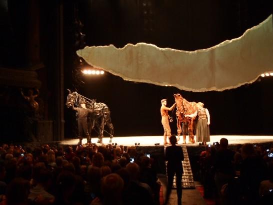 P6255812 546x409 ベルリン演劇「戦火の馬」、幕後に衝撃の展開が待っていた!?