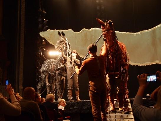 P6255819 546x409 ベルリン演劇「戦火の馬」、幕後に衝撃の展開が待っていた!?