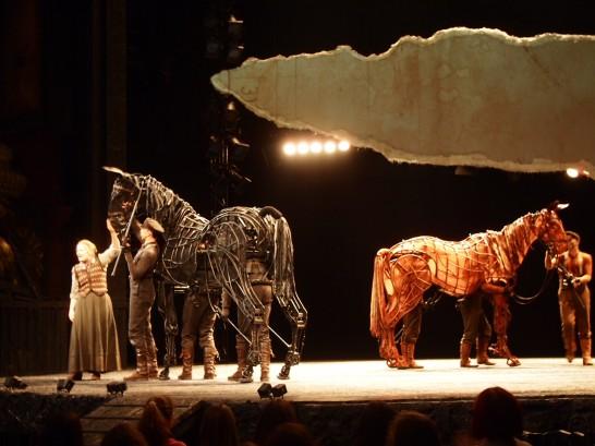 P6255827 546x409 ベルリン演劇「戦火の馬」、幕後に衝撃の展開が待っていた!?