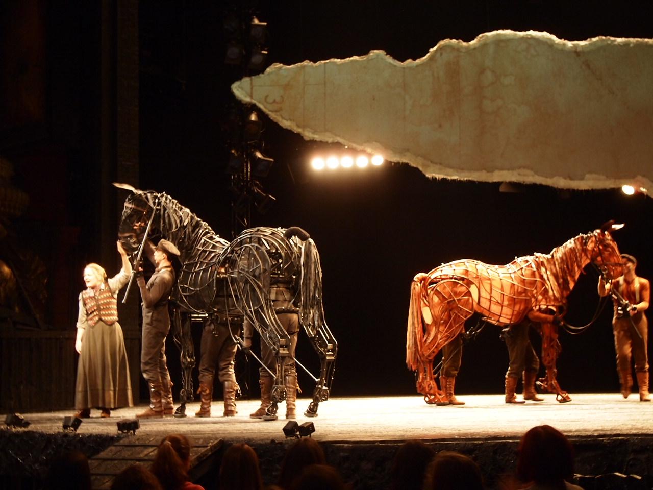 ベルリン演劇「戦火の馬」、幕後に衝撃の展開が待っていた!?